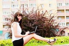 Εργασία με το netbook στην οδό στοκ εικόνες