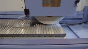 Εργασία μιας βιομηχανικής αλέθοντας μηχανής επιφάνειας Λείανση ενός επίπεδου μέρους μετάλλων απόθεμα βίντεο