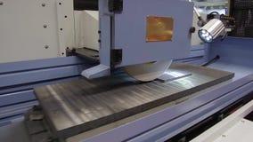 Εργασία μιας βιομηχανικής αλέθοντας μηχανής επιφάνειας Λείανση ενός επίπεδου μέρους μετάλλων φιλμ μικρού μήκους