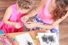 Εργασία μικρών κοριτσιών με το mom Στοκ εικόνες με δικαίωμα ελεύθερης χρήσης