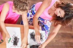 Εργασία μικρών κοριτσιών με το mom Στοκ φωτογραφία με δικαίωμα ελεύθερης χρήσης