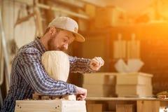 Εργασία ξυλουργών με ξύλινο Στοκ Φωτογραφίες