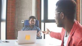 Εργασία ομάδας στο σύγχρονο γραφείο εταιριών interantional απόθεμα βίντεο