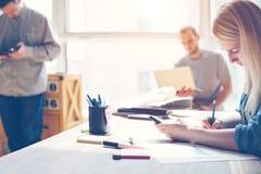 Εργασία ομάδων προγράμματος στην αρχή Lap-top, υπολογιστής ταμπλετών, κινητό τηλέφωνο και γραφική εργασία Στοκ φωτογραφία με δικαίωμα ελεύθερης χρήσης