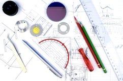 Εργασία-περιοχή ενός μηχανικού και ενός υπεύθυνου για την ανάπτυξη υλικού οπτικής στοκ εικόνες
