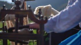 Εργασία σε ένα ξύλινο εργαλείο για το βαμβάκι φιλμ μικρού μήκους