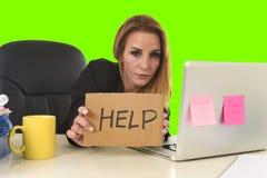 Εργασία σημαδιών βοήθειας εκμετάλλευσης επιχειρηματιών απελπισμένη απομονωμένο στο πίεση πράσινο κλειδί χρώματος Στοκ φωτογραφία με δικαίωμα ελεύθερης χρήσης