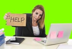 Εργασία σημαδιών βοήθειας εκμετάλλευσης επιχειρηματιών απελπισμένη απομονωμένο στο πίεση πράσινο κλειδί χρώματος Στοκ φωτογραφίες με δικαίωμα ελεύθερης χρήσης