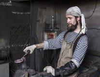 Εργασία σιδηρουργών ` s, καυτό μέταλλο Στοκ Φωτογραφία