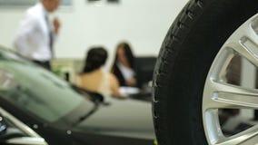Εργασία στην αίθουσα εκθέσεως Διευθυντής πωλήσεων στις εργασίες αντιπροσώπων σε ένα γραφείο Στο πρώτο πλάνο του αυτοκινήτου και τ απόθεμα βίντεο