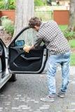 Εργασία στο αυτοκίνητο Στοκ Εικόνες