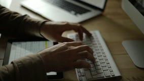 Εργασία στο γραφείο σε ένα νέο σχέδιο απόθεμα βίντεο