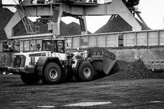 Εργασία στο διαχειριζόμενο τερματικό άνθρακα λιμένων Στοκ εικόνα με δικαίωμα ελεύθερης χρήσης