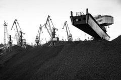 Εργασία στο διαχειριζόμενο τερματικό άνθρακα λιμένων Στοκ φωτογραφία με δικαίωμα ελεύθερης χρήσης
