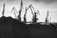 Εργασία στο διαχειριζόμενο τερματικό άνθρακα λιμένων Στοκ Εικόνες