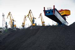 Εργασία στο διαχειριζόμενο τερματικό άνθρακα λιμένων Στοκ εικόνες με δικαίωμα ελεύθερης χρήσης