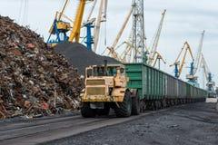 Εργασία στο διαχειριζόμενο τερματικό άνθρακα λιμένων Στοκ Φωτογραφία
