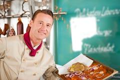 Εργασία στο κατάστημα χασάπηδων με το κρέας σχαρών Στοκ φωτογραφία με δικαίωμα ελεύθερης χρήσης