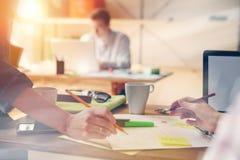 Εργασία στο σύγχρονο γραφείο Πλήρωμα ξεκινήματος που ερευνά το νέο πρόγραμμα Lap-top και γραφική εργασία Στοκ εικόνα με δικαίωμα ελεύθερης χρήσης