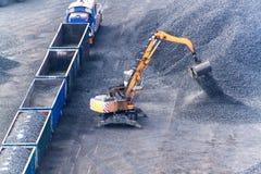 Εργασία στο τερματικό μεταφόρτωσης άνθρακα λιμένων Εκφόρτωση άνθρακα των βαγονιών εμπορευμάτων με τους ειδικούς γερανούς Εργασία  Στοκ εικόνες με δικαίωμα ελεύθερης χρήσης