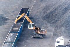 Εργασία στο τερματικό μεταφόρτωσης άνθρακα λιμένων Εκφόρτωση άνθρακα των βαγονιών εμπορευμάτων με τους ειδικούς γερανούς Εργασία  Στοκ εικόνα με δικαίωμα ελεύθερης χρήσης