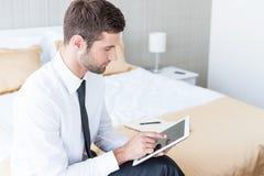 Εργασία στο δωμάτιο ξενοδοχείου Στοκ φωτογραφία με δικαίωμα ελεύθερης χρήσης