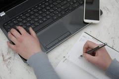 Εργασία στο lap-top στην αρχή Στοκ εικόνα με δικαίωμα ελεύθερης χρήσης