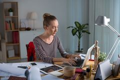 Εργασία στο lap-top Στοκ Εικόνες
