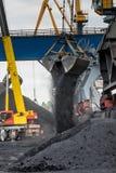 Εργασία στο termina μεταφόρτωσης άνθρακα λιμένων Στοκ εικόνες με δικαίωμα ελεύθερης χρήσης