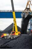 Εργασία στο termina μεταφόρτωσης άνθρακα λιμένων Στοκ Εικόνες