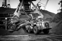 Εργασία στο termina μεταφόρτωσης άνθρακα λιμένων Στοκ εικόνα με δικαίωμα ελεύθερης χρήσης