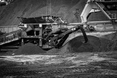 Εργασία στο termina μεταφόρτωσης άνθρακα λιμένων Στοκ φωτογραφίες με δικαίωμα ελεύθερης χρήσης