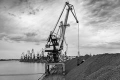Εργασία στο termina μεταφόρτωσης άνθρακα λιμένων Στοκ Φωτογραφίες