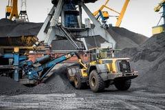 Εργασία στο termina μεταφόρτωσης άνθρακα λιμένων Στοκ φωτογραφία με δικαίωμα ελεύθερης χρήσης