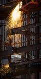 Εργασία συγκόλλησης μετάλλων στο εργοτάξιο οικοδομής Στοκ εικόνα με δικαίωμα ελεύθερης χρήσης