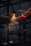 Εργασία συγκόλλησης μετάλλων στο εργοτάξιο οικοδομής Στοκ Εικόνες