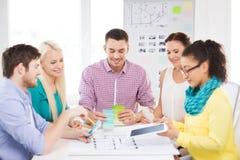 Εργασία σχεδιαστών χαμόγελου εσωτερική στην αρχή Στοκ εικόνες με δικαίωμα ελεύθερης χρήσης