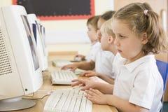εργασία σχολείων πρωτοβάθμιας εκπαίδευσης κοριτσιών υπολογιστών Στοκ Φωτογραφία