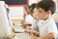 εργασία σχολείων πρωτοβάθμιας εκπαίδευσης υπολογιστών αγοριών Στοκ φωτογραφία με δικαίωμα ελεύθερης χρήσης