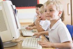 εργασία σχολείων πρωτοβάθμιας εκπαίδευσης υπολογιστών αγοριών Στοκ εικόνες με δικαίωμα ελεύθερης χρήσης