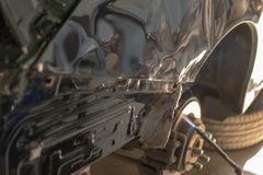 Εργασία σωμάτων αυτοκινήτων μετά από το ατύχημα με την προετοιμασία του αυτοκινήτου για το pai στοκ εικόνες