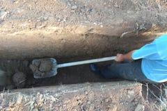 Εργασία της ανασκαφής της μηχανής στην οικοδόμηση του εργοτάξιου οικοδομής στοκ φωτογραφίες