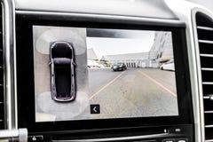 Εργασία της μπροστινής κάμερας κυκλικών 360 βαθμών συστημάτων άποψης Επίδειξη εικόνας στην επικεφαλής μονάδα Πολυμέσα στο αυτοκίν στοκ εικόνες