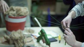 Εργασία τριών γυναικών ανθοκόμων με τον εξοπλισμό μέσα στο κατάστημα ντεκόρ φιλμ μικρού μήκους