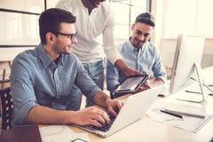 Εργασία τριών επιχειρηματιών στοκ φωτογραφίες