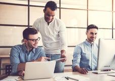 Εργασία τριών επιχειρηματιών στοκ φωτογραφία με δικαίωμα ελεύθερης χρήσης