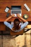εργασία υπολογιστών Επιχειρησιακή γυναίκα που εργάζεται στον καφέ Ανεξάρτητος, επικοινωνία Στοκ εικόνες με δικαίωμα ελεύθερης χρήσης