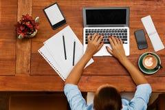 εργασία υπολογιστών Επιχειρησιακή γυναίκα που εργάζεται στον καφέ Ανεξάρτητος, επικοινωνία Στοκ εικόνα με δικαίωμα ελεύθερης χρήσης