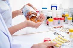 Εργασία φαρμακοποιών στην αρχή Στοκ φωτογραφία με δικαίωμα ελεύθερης χρήσης