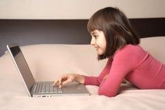 εργασία χαμόγελου lap-top κο&r στοκ εικόνες με δικαίωμα ελεύθερης χρήσης